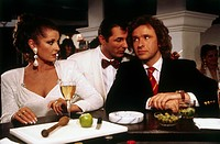 Film, Eine Frau namens Harry, 1990 Regie: Cyril Frankel, Filmszene mit Thomas Gottschalk und Stephanie Beacham und Heinz Hoenig, Cocktail Shaker Olive...
