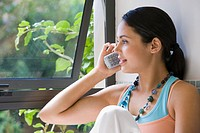 Young woman talking on telephone (thumbnail)