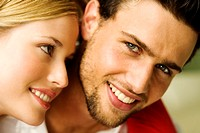 Portrait of a young smiling couple (thumbnail)