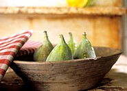Fresh figs in a wooden bowl (thumbnail)
