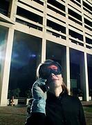 donna al telefono, con occhiali da sci e guanti