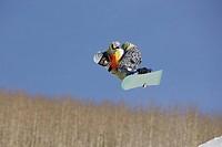 Snowboarder getting Vert