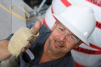 Portrait of a male construction worker showing a thumbs up sign and smiling (thumbnail)