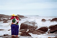 Women viewing the sea, Chongwu Town, Huian County, Fujian Province, People´s Republic of China, FOR EDITORIAL USE ONLY