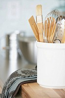 Kitchen utensils in container (thumbnail)
