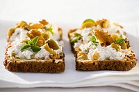 Walnut quark on wholemeal bread