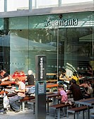 WAGAMAMA RESTAURANT, SOUTHBANK CENTRE, LONDON, SE1 SOUTHWARK + BERMONDSEY, UK, AUKETT TYTHERLEIGH, EXTERIOR, RESTAURANT WITH DINERS OUTSIDE