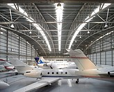 TAG AVIATION AIRPORT, FARNBOROUGH, HAMPSHIRE, UK, REID ARCHITECTURE, INTERIOR, SYMETRICAL VIEW OF HANGAR AND JETS