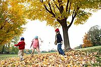 Children playing outdoors in autumn (thumbnail)