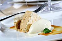 Creamed and crunchy praliné with vanilla ice cream