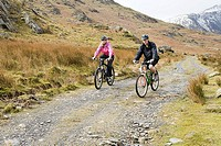 A couple cycling (thumbnail)