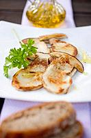 Fried cep slices with parsley, olive oil and bread