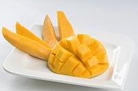Close_up of mango slices in a plate