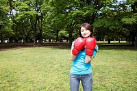 Woman who does a boxing-exercise (thumbnail)