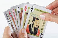 Close_up of a person´s hands playing cards