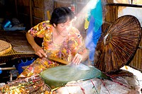 Vietnam - The South - The Delta of Mekong - Vinh Long - Gastronomy - Preparation of rice crepes (thumbnail)