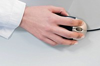 Close_up of a businesswoman´s hand using a computer mouse