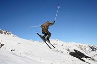 Skifahrer in Militäruniform in Aktion