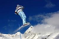 Snowboarder hoch in der Luft