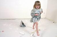 Kleines Mädchen mit Farbe am Fuß