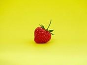Erdbeere auf gelb