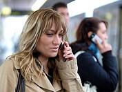 Junge Frau telefoniert mit einem Handy.
