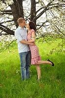 glückliches, küssendes paar im park