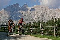 Female mountain bikers at Schiller Hof, Mt. Rosengarten in the background, Dolomites, Northern Italy, Europe