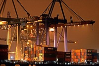 Container ship lying at container terminal Burchardkai in Hamburg harbour at river Elbe in the night _ Germany, Europe