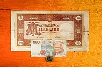banknote and coins italian