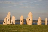 Megalitos de Manolo Paz en el Mirador de Punta Herminia, La Coruña, Galicia, España