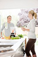 Couple preparing health shake in kitchen (thumbnail)