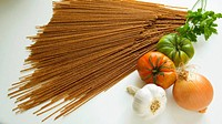 spaghetti, tomatoes, onions, garlic and parsley