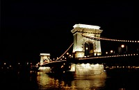 Kedjebron I Kvällsljus Budapest/ Ungern, Illuminated Bridge By River