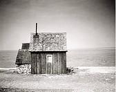 Liten trästuga vid havet, Fårö, Gotland. Wooden Cottage By The Sea, Fårö, Gotland, Sweden B/W