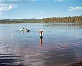 Barn badar i sjö, Dalarna, Sverige. Boy Swimming In Lake, Dalarna, Sweden