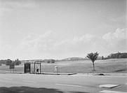 Busshållplats vid väg på landsbygden. Bus Stop By Road In The Coutryside. B&W