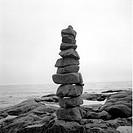 Ett Stenröse På Klippa Vid Havet, Heap Of Stone By Sea