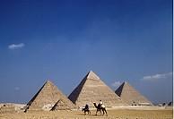 Pyramiderna I Gize Utanför Kairo Med Kamelryttare Framför, Tourist At Pyramids