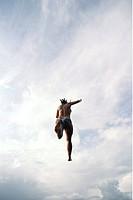 Ung Kvinna Hoppar Från Klippa, Woman Dives Into Water, Low Angle View
