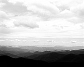 Vy över bergslandskap, molnig himmel, North Carolina, USA View, Cloudy Sky Over Mountainous Landscape, North Carolina, USA, B&W