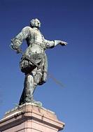 Staty av kung Karl XII Gustav i Kungsträdgården, Stockholm Sweden, Stockholm, Statue Holding Sword, Low Angle View