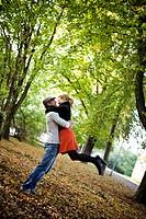 Kvinna Och Man Kramas En Solig Höstdag, Woman And Man Hugging