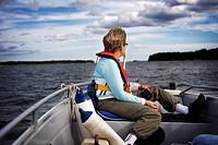 En Kvinna I Medelåldern Sitter I Fören På En Båt Och Blickar Ut Över Havet, Mature Woman Sitting On Boat Watching View