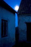 ARKIV 070430 _ Fullmåne Som Tittar Fram Mellan Två Husgavlar, Gotland. Foto:Cecilia Mellberg Kod 76150 COPYRIGHT SCANPIX, Close_Up Of Moon Above Build...