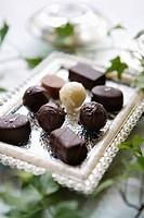 Chokladtryfflar Uppdukade På Ett Silvrigt Litet Uppläggningsfat., Close_Up Of Chocolates In Tray