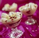 Efterrätt, glass i dessertskålar av glas. Close_Up Of Ice Cream In Glass Bowls
