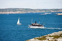 Segelbåt och skärgårdsbåt i havet utanför Marstrand på Västkusten. Elevated View Of Ferrie And Sailboat In Sea Near Marstrand, Archipelago, West Coast...