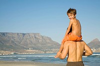 View from behind of boy on father´s shoulders with Table Mountain in the background, Cape Town, Western Cape Province, South Africa