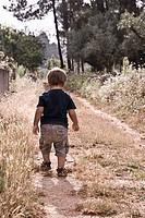 niño paseando por el campo